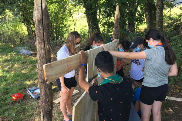 Construction d'un poulailler par les jeunes scouts