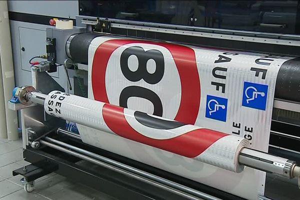 20 000 panneaux de la circulation devront être remplacés. L'entreprise SVMS, basée à Urrugne dans le Pays basque, est le leader français des panneaux de signalisation.