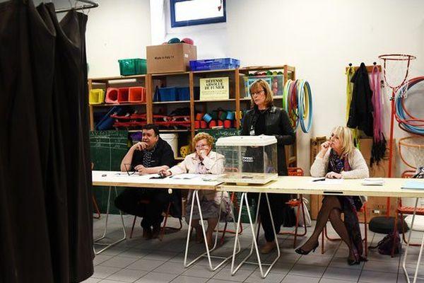 L'attente dans un bureau de vote à Marseille ce dimanche 23 avril