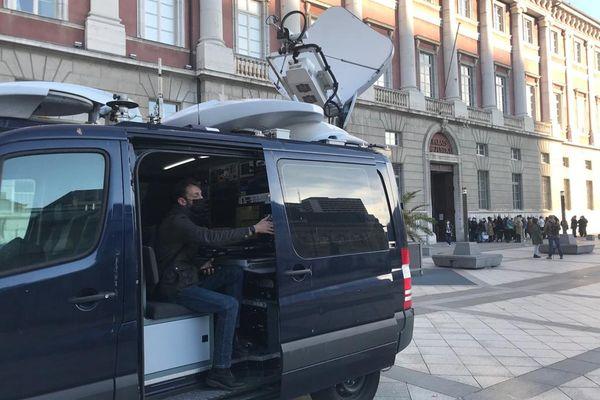 Un camion de retransmission par satellite utilisé par les télévisions