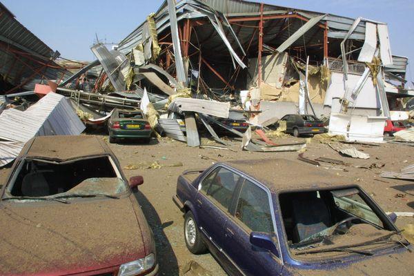 Des voitures coincées, le 21 septembre 2001, sous les décombres d'un centre commercial près de l'usine chimique AZF, dans la banlieue sud de Toulouse.