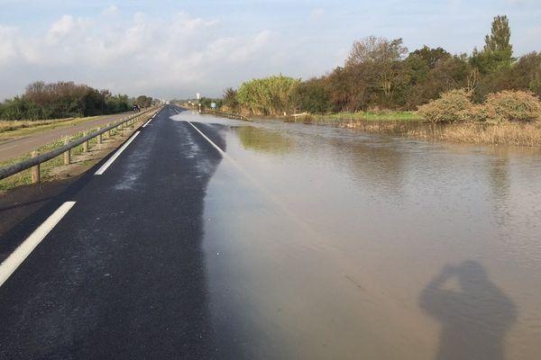 Route inondée en direction de Palavas-les-Flots après les violents orages de la nuit du 6 au 7 octobre 2014