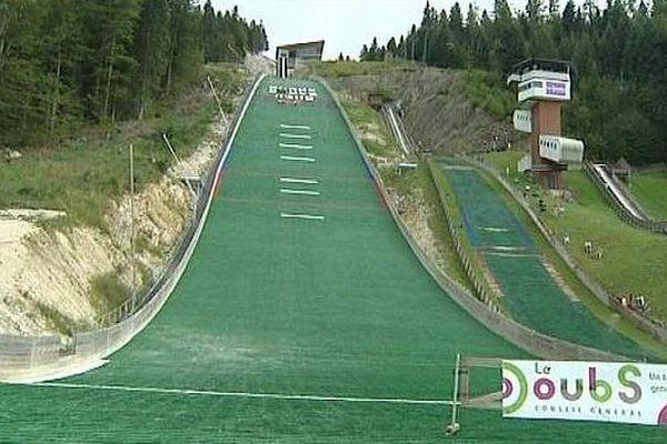 Grâce aux revêtements synthétiques, le saut à ski se pratique aussi l'été. Pour preuve, cette 23ème édition du Prix d'été de Chaux Neuve.