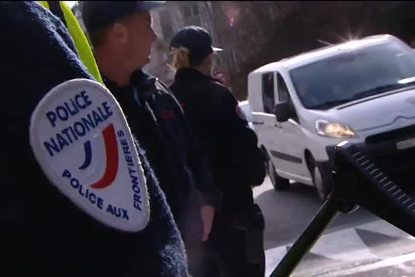 Au poste frontière de Vallorge, des policiers et quelques contrôles