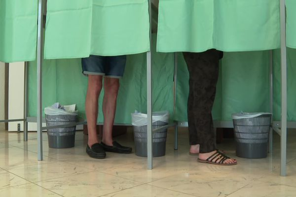 ILLUSTRATION - Des isoloirs dans un bureau de vote de Bastia, ce dimanche 27 juin, lors du deuxième tour des élections territoriales.