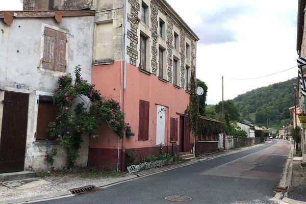 La rue principale du village d'Osne-le-Val en Haute-Marne.