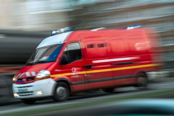 L'hélicoptère des secours en montagne était cloué au sol en raison du mauvais temps. Les victimes ont été transportées à l'hôpital d'Albertville par les pompiers.