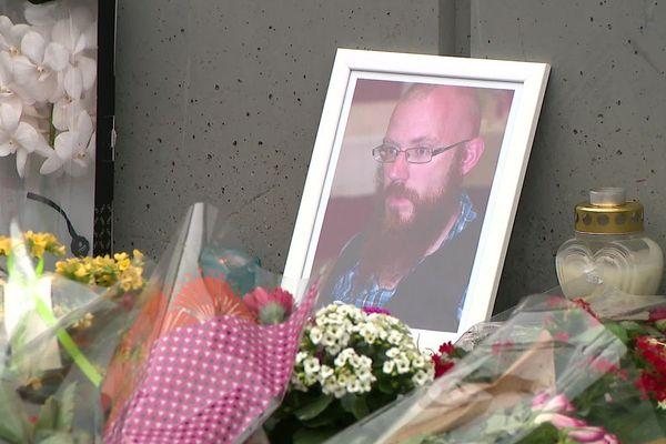 Mardi 14 janvier, devant l'entrée de l'hypermarché, hommage et recueillement devant un portrait de Maxime, 34 ans.