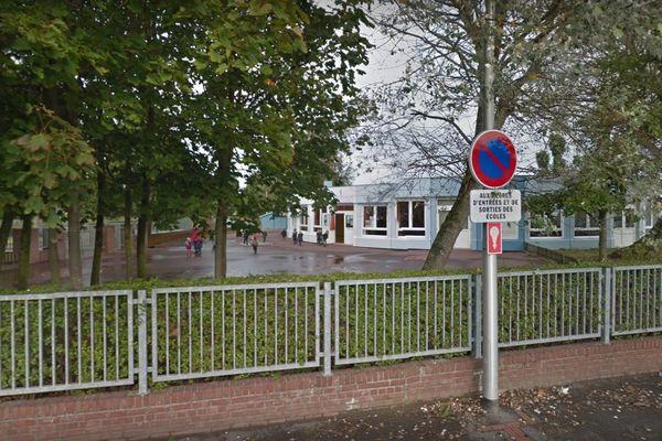 Son enfant était scolarisé à l'école Jean de La Fontaine, dans la classe du directeur.