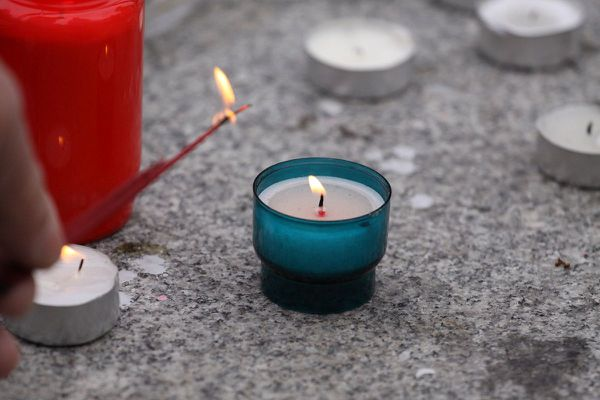 Mettre une bougie sur sa fenêtre en mémoire des victimes de l'attentat de Strasbourg