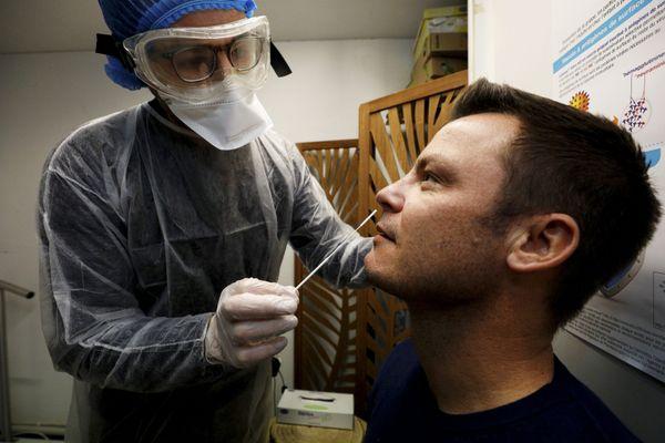 Un test antigénique réalisé par un pharmacien (image d'illustration).