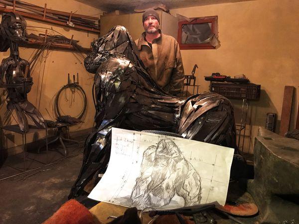 L'artiste Pascal Bejeannin a crée un gorille d'acier à taille réelle.