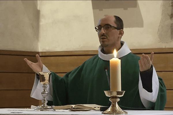Prêtre célébrant la messe
