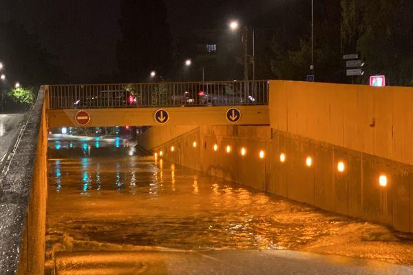Un axe inondé, impraticable, au centre-ville de Reims.