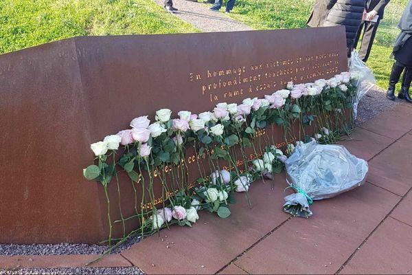 C'est sur les lieux du drame, dans un jardin du souvenir dessiné par un paysagiste, que les familles des victimes et les rescapés sont invités à commémorer les deux ans de la catastrophe.