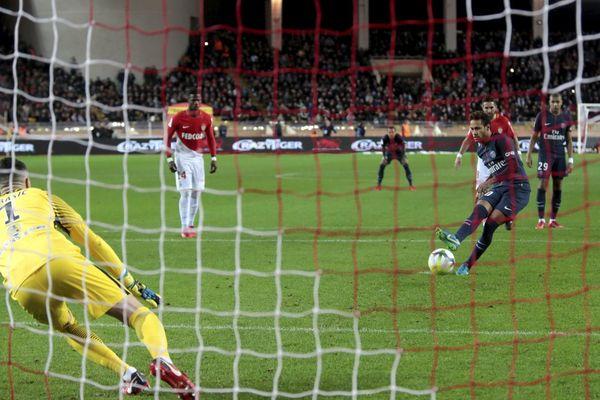 Neymar tire un penalty, lors du match Monaco/PSG, le 26 novembre 2017.