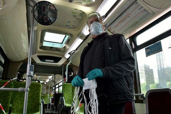 Saint-Étienne , le 11 mai 2020, premier jour de déconfinement, les équipes de la STAS distribuaient des masques aux usagers des trams et des bus. Le port du masque est obligatoire dans les transports en commun.
