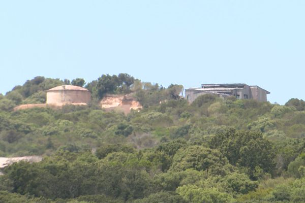 La maison dont Core in Fronte dénonce la construction est bâtie sur une crête, à proximité d'un château d'eau.