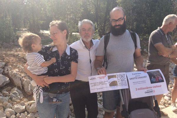 Cette famille venue de Marseille a reçu son cadeau de la main de Jean-Marie Chauvet (au centre) lui-même.