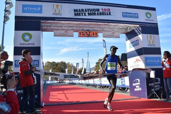 Le kenyan Nicholas Cheruiyot Chumba, vainqueur du 9e Marathon Metz Mirabelle en 2h et 24 minutes et 1 seconde, dimanche 14 octobre 2018.