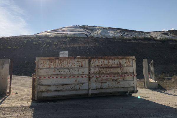 Une benne à ordures sur le site d'enfouissement des déchets de Prunelli di Fium'Orbu, partiellement bloqué depuis le 20 août.