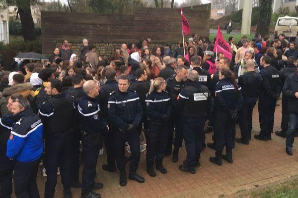 Le 3 février 2020, près de 200 personnes se rassemblent devant le lycée Desfontaines de Melle , c'est l'épreuve d'anglais du nouveau bac qui était programmée ce lundi matin.