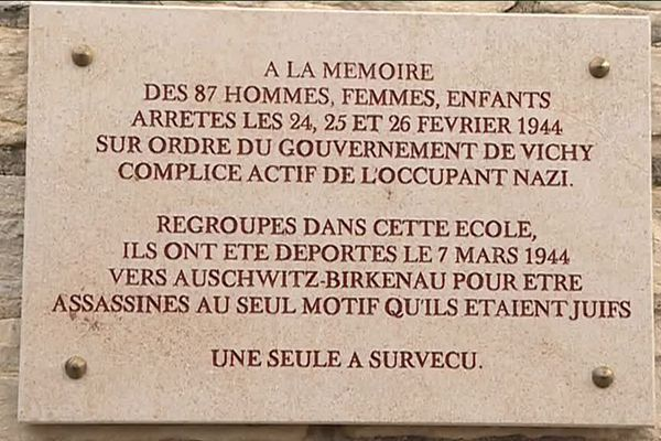 La plaque commémorative se situe sur le mur de l'école Jean-Jaurès, rue Jules Ferry à Dijon.