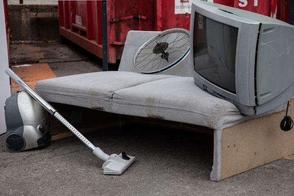 Près de 10 tonnes d'encombrants sont ramassés chaque semaine sur les trottoirs de Limoges.