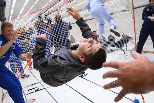 tels des astronautes, 8 enfants handicapés ont découvert l'apesanteur à bord de l'Airbus A310 Zéro-G de l'entreprise girondine Novespace