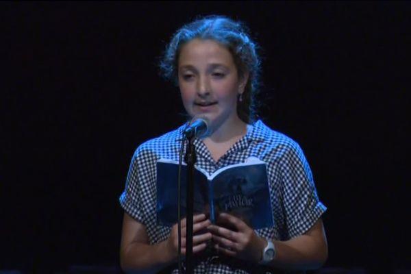 """Mathilde a lu un extrait du livre """"L'île au Manoir"""" en présence de l'auteur : Estelle Faye."""