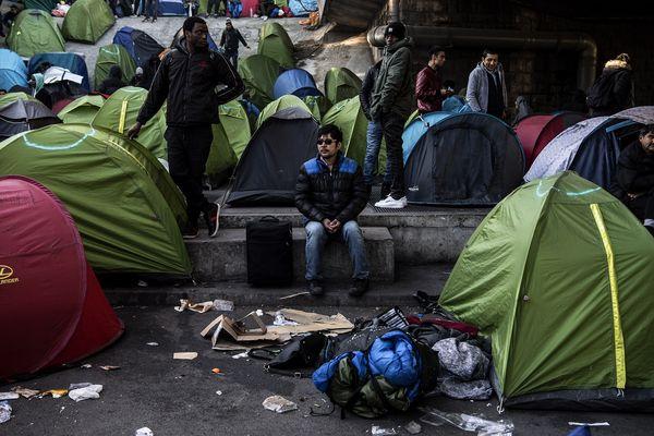 Malgré les évacuations répétées, le camp de la Porte de la Chapelle à Paris ne désemplit pas.