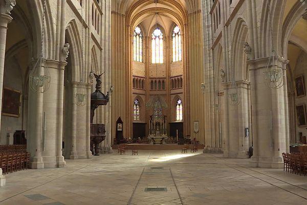 L'intérieur de la cathédrale Saint-Bénigne de Dijon.