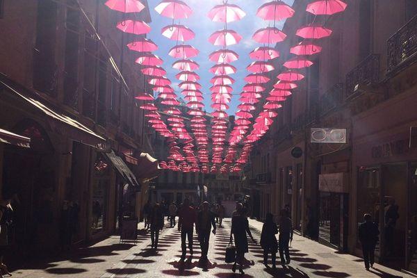 Parapluies/ombrelles rue de la loge à Montpellier.