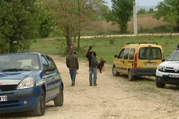 Laudun-L'Ardoise (Gard) - des teufeurs quittent le site de la rave party sécurisé par les gendarmes - 26 avril 2015.