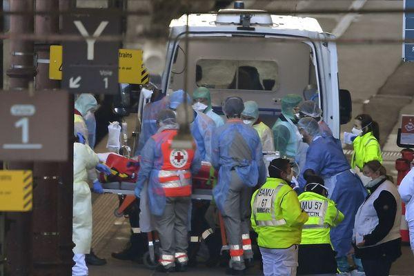 Une équipe médicale s'occupe de l'un des 20 patients atteints de COVID-19 en gare de Strasbourg, jeudi 26 mars