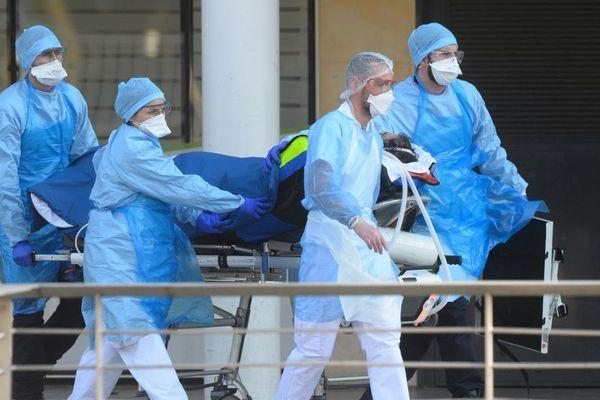 Si les hôpitaux ne sont pas encore à saturation, certains départements manquent déjà de lits comme en Seine-Saint-Denis.