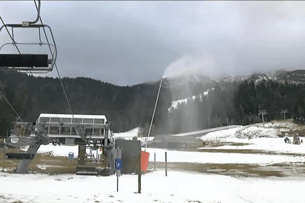Le Lioran, station de ski de moyenne montagne située dans le Cantal, doit s'adapter aux effets dus au réchauffement climatique, en produisant notamment de la neige artificielle.