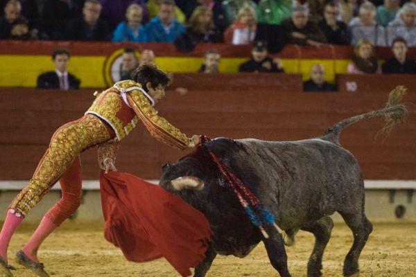 Castellón, 10 mars 2018. L'estocade de Castella semble bonne. Mais le toro de Victorino ne baissera jamais la tête et Sébastien Castella ne parviendra pas à ajuster le descabello. Trois avis sonneront, le toro rentrera au corral.