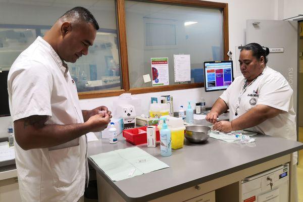 Manuele et Koleti en salle de soins au Centre Eugène Marquis à Rennes, où ils apprennent de nouveaux gestes, un savoir-faire qu'ils ramèneront à Wallis-et-Futuna auprès de patients atteints de cancer