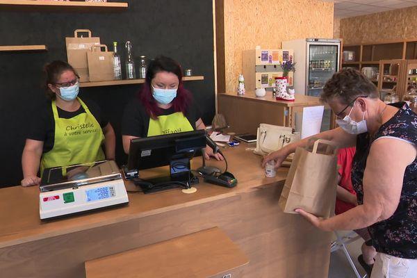 Les deux amies, anciennement infirmières à l'hôpital de Lure, font le plein de clients dans leur magasin
