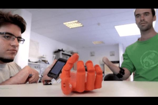 La main bionique créé par Nicolas Huchet et le fab lab de Rennes