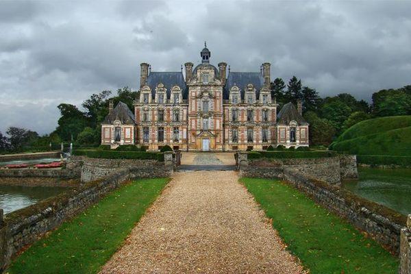 Dans l'Eure, le château de Beaumesnil apparaîtra avec un ciel menaçant et nuageux en toile de fond.