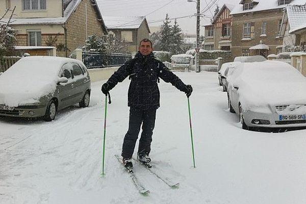 Un skieur dans les rues de Caen