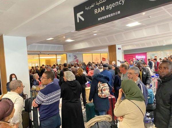 Ambiance à l'aéroport de Casablanca où les voyageurs bloqués attendent une solution.