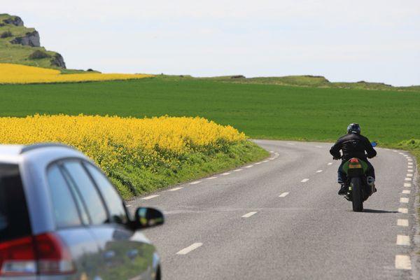 Tendre un câble sur une route est un délit considéré comme mise en danger de la vie d'autrui.
