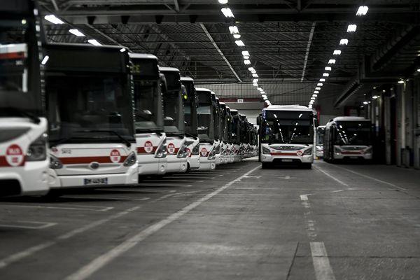 Grève des TCL : un accord signé dans la nuit par deux syndicats non grévistes - Dépôt de bus des TCL à Oullins près de Lyon en grève.
