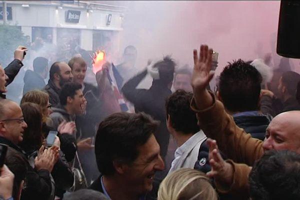 Les supporters sur le parvis de l'hôtel de ville, avec le coach Christophe Pélissier au premier rang.