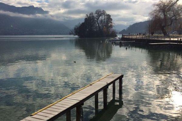 Le lac d'Annecy est propice aux cas de noyade, à cause de ses courants froids et de la densité de son eau. Photo d'illustration.