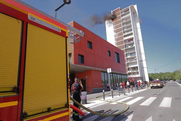 Un incendie s'est déclenché en fin de matinée dans cet immeuble du quartier Empalot, à Toulouse. Une personne est décédée de ses blessures, l'incendie a été maîtrisé par les pompiers, l'origine du sinistre n'a pas encore été déterminée. 20 août 2021.