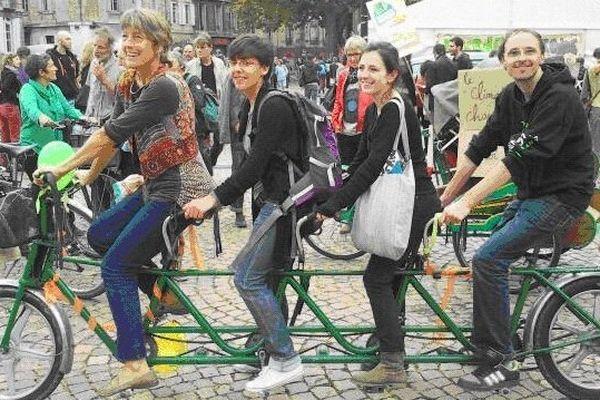 """Les """"cyclistes d'Alternatiba lors de leur passage à Bordeaux dans le quartier Sainte-Croix."""